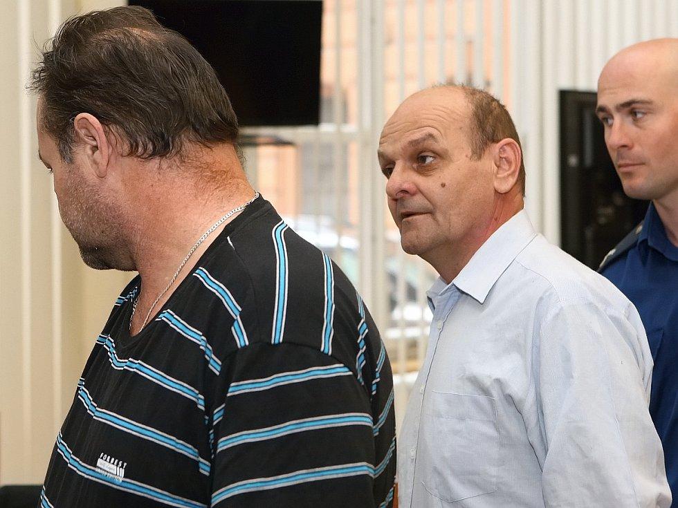 KAREL DUBSKÝ (ve světlé košili). Bratr Josefa Dubského, který plánoval únosy dívek.