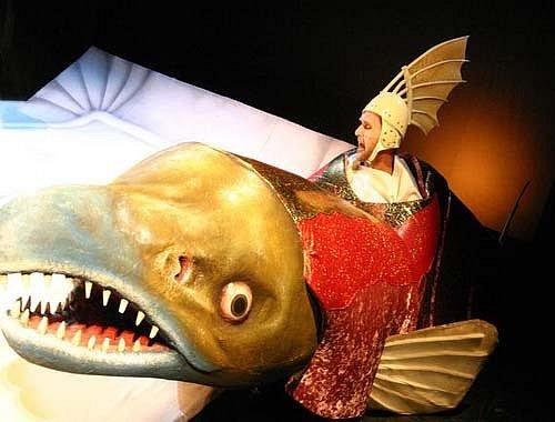 Petr Halberstadt chodí po jevišti oděn do rybího kostýmu
