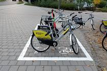 Takzvané virtuální parkovací místo hlavně pro sdílené elektrokoloběžky a kola najdou Brňané například na třídě Kapitána Jaroše u vstupu do parku Lužánky.