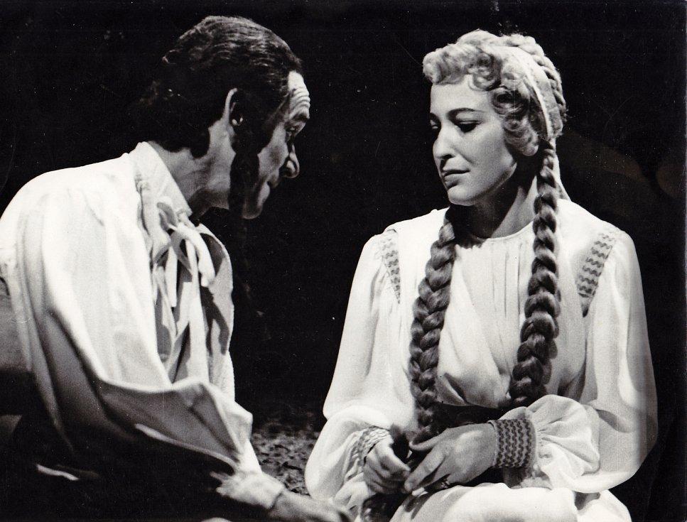 Hned dvě inscenace hry Radúz a Mahulena v Národním divadle Brno má na kontě herecká legenda Helena Kružíková. V inscenaci z roku 1960 hrála postavu Mahuleny, v inscenaci z roku 1988 se pak ujala role Královny Nyoly, matky Radúze.