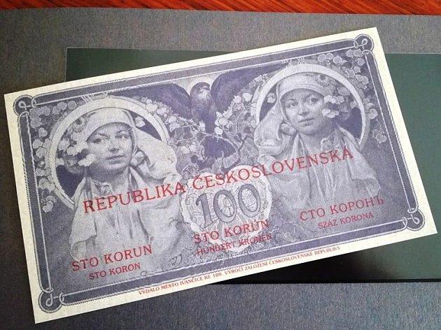 Ke stému výročí založení československého státu vydaly Ivančice podle původního grafického návrhu místního rodáka Alfonse Muchy pamětní stokorunovou bankovku.