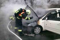 Řidič, který vyrazil v úterý ráno směrem na Kroměříž, skončil pouze za Brnem. Na dvě stě šestém kilometru dánice D1 jeho auto začalo hořet. Oheň celé vozidlo zničil. Příčinou byla technická porucha na autě.