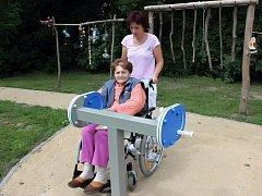 Důchodci v Sokolnicích už mohou cvičit na novém hřišti.