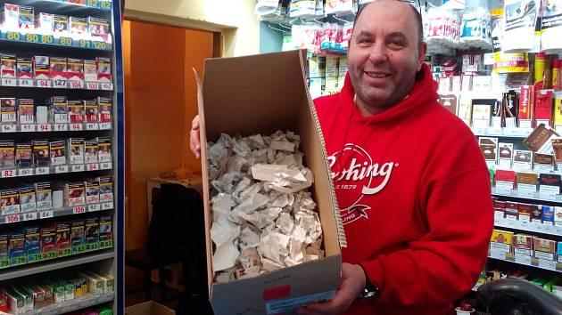 """Evidovat každý prodaný zapalovač, krabičku cigaret, časopis nebo balíček žvýkaček musí od prvního března brněnský trafikant Libor Říkovský. Nejvíce ho na evidenci tržeb trápí zbytečnost tisku účtenek. """"Musím koupit papír, platím za inkoust do tiskárny."""""""
