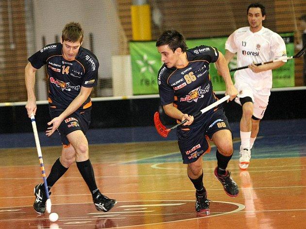 Hráči Bulldogs Brno Fabián a  Veselý (v tmavém).