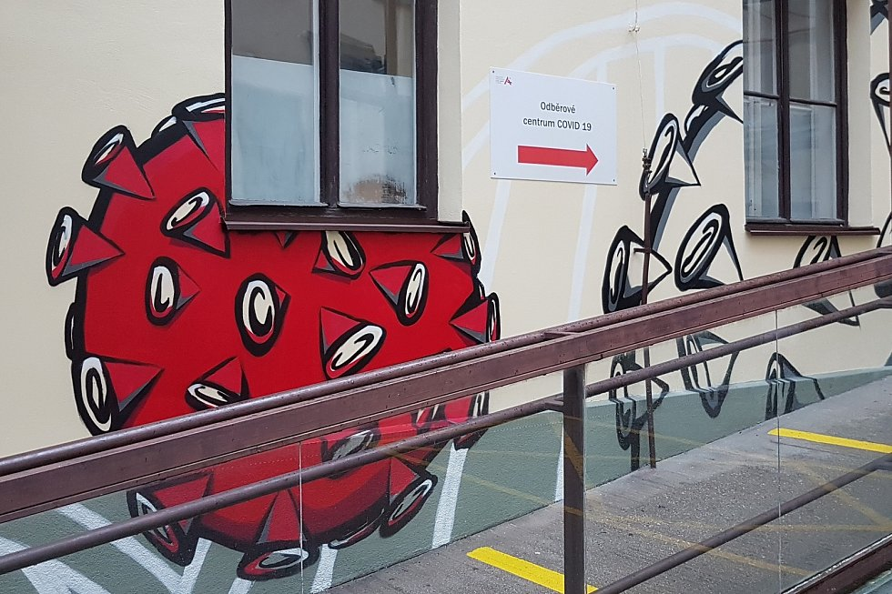 Brno 16.11.2020 - kreslíř Michal Pavlík vytvořil u odběrového místa ve Fakultní nemocnici u sv. Anny v Brně graffiti s motivem koronaviru