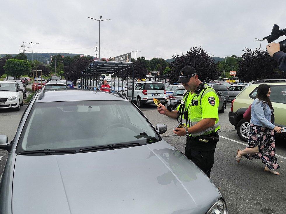 Brněnští strážníci varují, aby řidiči nenechávali svoje děti v rozehřátém nákupu. Minuty v horku ohrožují život.