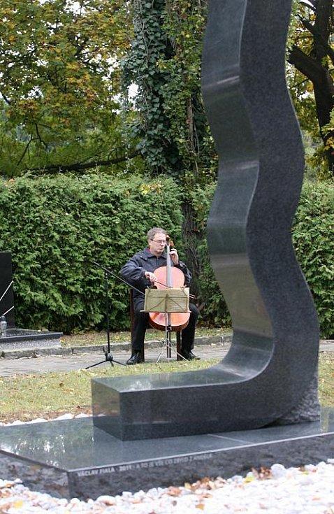 Socha výtvarníka Václava Fialy na Ústředním hřbitově v Brně.