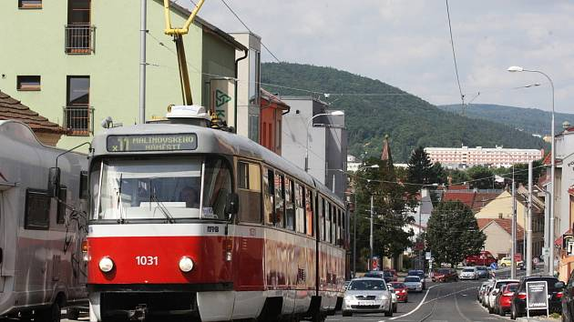 Po třinácti měsících se v pondělí vrátil dopravní ruch na Minskou a Horovu ulici v brněnských Žabovřeskách. Dělníci při rekonstrukci opravili kromě silnice také tramvajovou trať, díky čemuž mají nyní vozy méně hlučet.