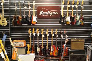 Stejnou kytaru, jakou kdysi vlastnil slavný Kurt Cobain, si brzy pořídí milovníci kvalitních hudebních nástrojů i v Brně. V Lidické ulici totiž vznikla nová prodejna luxusních a sběratelských kytar a hudebních aparatur.