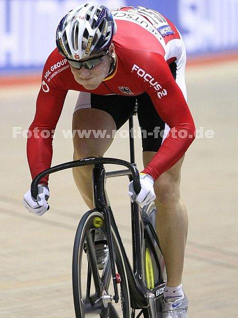 Cyklista Maximilian Levy.