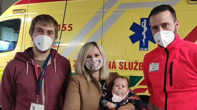 Matka děvčátka, které přišlo na svět v sanitce, osobně poděkovala záchranářům.