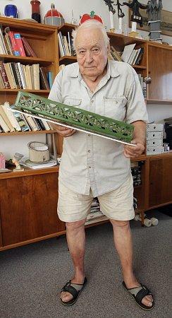 Vysokoškolský učitel angličtiny Dušan Josef vyučuje netradičním způsobem vbazénu, zároveň také propadl vytváření modelů mostů.
