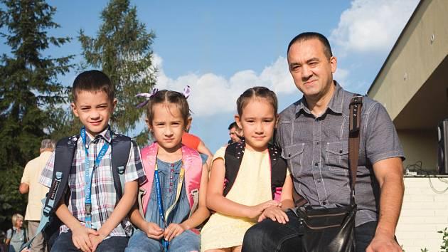Ilfat Gataullin, který se narodil v Rusku, vede svá trojčata do první třídy do Základní školy Jasanová 2 v brněnském Jundrově. První školní den je pro něj třikrát náročnější než pro ostatní rodiče při slavnostním zahájení nového školního roku.