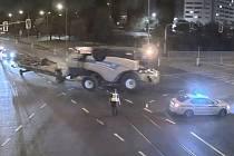 Kombajn zabloudil v Brně. S výjezdem mu pomáhala městská policie.