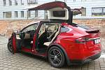 První auto značky Tesla si mohou půjčit brněnští řidiči. Koupila ho carsharingová firma Emuj, která se zaměřuje na elektromobily. Z nuly na sto kilometrů v hodině auto zrychluje za tři sekundy.