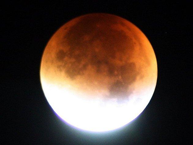 Měsíc se zahalil do barvy krve. Na hvězdárnu přišlo 900 lidí