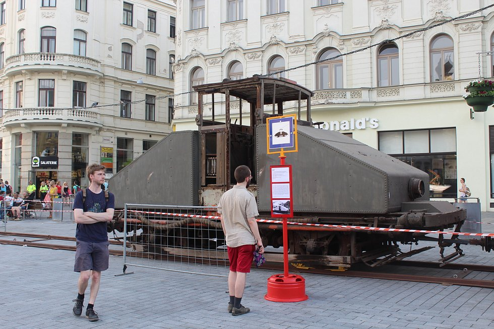 Vrátit se v čase se až do soboty mohou Brňané, kteří navštíví výpravu Dopravní Nostalgie na náměstí Svobody. Uvidí například tramvaj z dvacátých let minulého století nebo historický kropící vůz. Výstavu spolu s pořadateli zahájila brněnská primátorka Mark