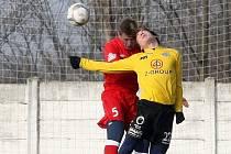 Fotbalisté brněnské Zbrojovky (v červeném) zdolali 1. FC Slovácko 2:0.