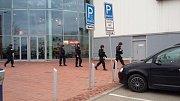 """Musíte okamžitě ven, oznámili policisté v pátek odpoledne zákazníkům nákupního centra Olympia. """"Celé středisko jsme evakuovali. Více informací zatím nemůžeme sdělit, situaci prověřujeme,"""" informovala mluvčí brněnských policistů Andrea Cejnková."""