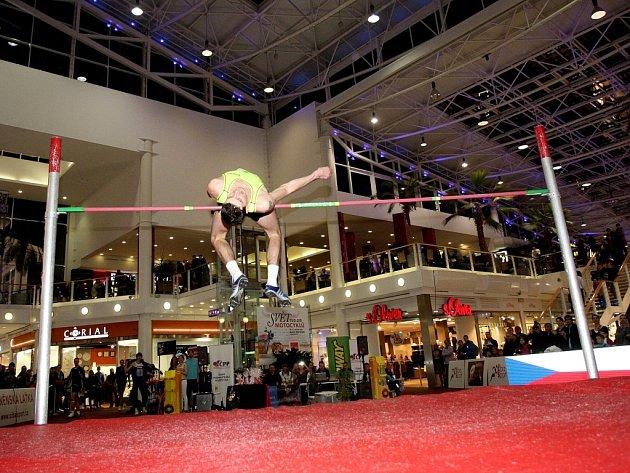 Na úterní Brněnské laťce v modřickém nákupním centru Olympia kraloval mezi devíti skokany do výšky italský reprezentant Marco Fassinotti.