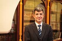 Na světě je přes 1,5 miliardy muslimů a jen naprosto nepatrný zlomek muslimů takové teroristické skupiny podporuje nebo chápe. Mezi běžnými muslimy nemají žádnou podporu, říká předseda Ústředí muslimských obcí České republiky Muníb Hassan Alrawi.
