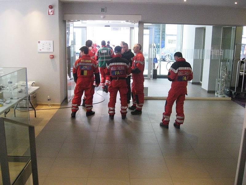 Členové záchranných složek prohledávají okolí stanice metra Maelbeek v Bruselu. V hotelu Thon, kde jsou i studenti Masarykovy univerzity, si zřídili prozatimní stanoviště.