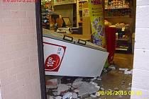 Opilý řidič skončil s autem mezi regály v obchodě.