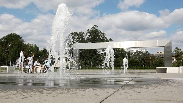 Ve fontáně před Janáčkovým divadlem platí od začátku července zákaz koupání.