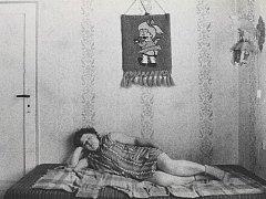Snímek odpočívající ženy může kompozičně připomínat známý obraz Spící Venuše italského renesančního malíře Giorgioneho. Antickou bohyni lásky však v tomto případě nahradila česká venkovanka v zástěře a ponožkách.