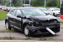 Osobní auto se srazilo v pátek odpoledne v brněnské Novolíšeňské ulici s autobusem. Zranili se čtyři lidé.