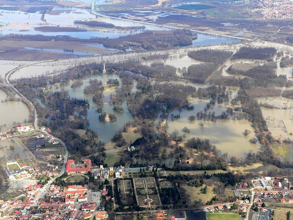 Řeka Dyje v okolí Lednice na Břeclavsku při povodních v dubnu 2006.