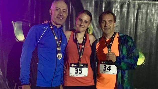 Starosta Únanova Jindřich Bulín (první zprava) skončil druhý ve své věkové kategorii na Night Run Brno.