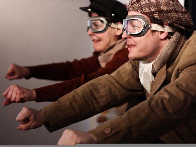 Pohybová groteska Grand Prix – Legenda o prvním vítězství je předposlední premiérou souboru DIVO4. Na snímku herci Jiří Kniha a Sára Venclovská.