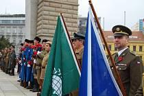 Brňané si v neděli odpoledne na Moravském náměstí připomněli Den válečných veteránů. Akce Tisíc křížů pro veterány se zúčastnily stovky lidí.