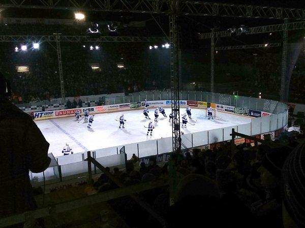 Hráči Komety si vyzkoušeli led pár desítek minut před zahájením zápasu se Spartou Praha.