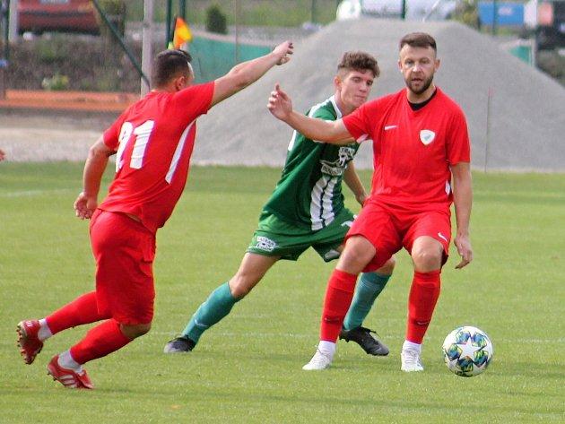 Fotbalisté Bohunice (červené dresy) obdrželi vsedmém kole krajského přeboru sRousínovem čtyři branky, tentokrát udrželi nulu.