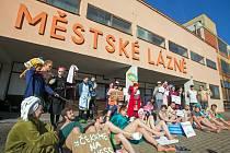 Akci za pronajmutí lázní v brněnských Zábrdovicích uspořádali v pondělí aktivisté z iniciativy Kulturou proti chátrání. Chtěli tak upozornit na chátrající lázně a nedostatek peněz na opravení.