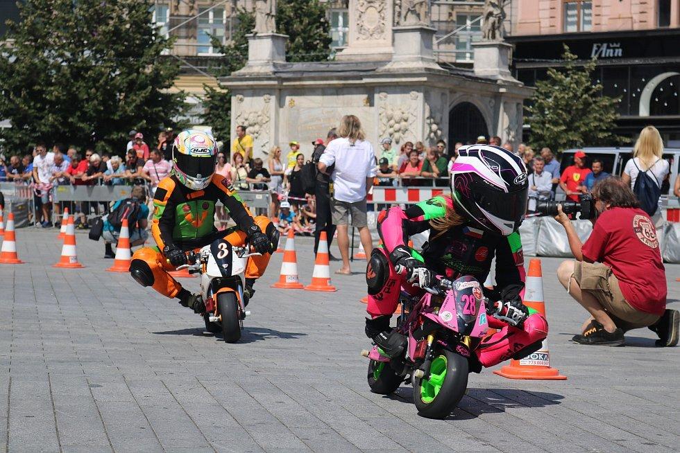 Někteří závodníci, kteří pojedou motocyklovou Grand Prix na Masarykově okruhu si ve čtvrtek při doprovodném programu zazávodili na malých motorkách na brněnském náměstí Svobody. Nechyběl Jakub Kornfeil.