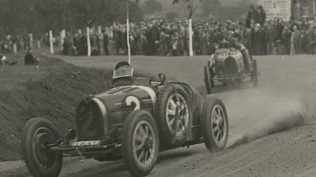 Na startu premiérového závodu na Masarykově okruhu nechyběl 28. září 1930 ani český pilot Jiří Lobkowicz v Bugatti (na snímku vepředu). Foto: archiv Automotodromu Brno