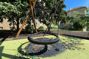 Poničené dětské hřiště v největším vnitrobloku v Brně.