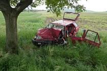 Sedmapadesátiletý řidič Škody Felicie se ve středu dopoledne zemřel poté, co na rovném úseku mezi Syrovicemi a Vojkovicemi na Brněnsku narazil do stromu.