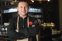 Rostislav Janko z Brna se stal jediným jihomoravským zástupcem v národním finále soutěže Pilsner Urquell Master Bartender v Plzni o nejlepšího výčepního.