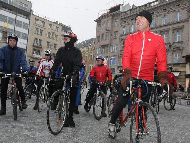 Na tradiční novoroční cyklistický závod se vydaly desítky cyklistů.