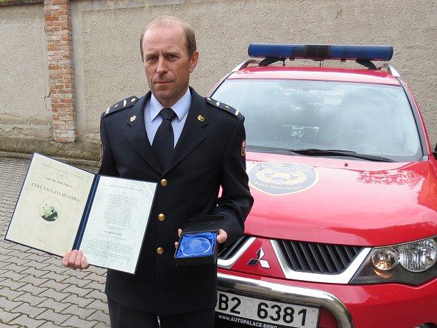 Za své zásluhy a třináctiletou práci vyšetřovatele požárů získal Pavel Tinka Cenu Václava Hladíka. Kolegové mu ji udělili v úterý.