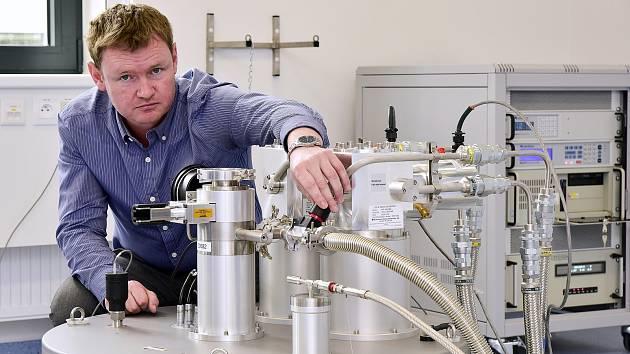 Úspěch brněnských vědců: Nový stroj vám zjistí nemoc už po průchodu dveřmi