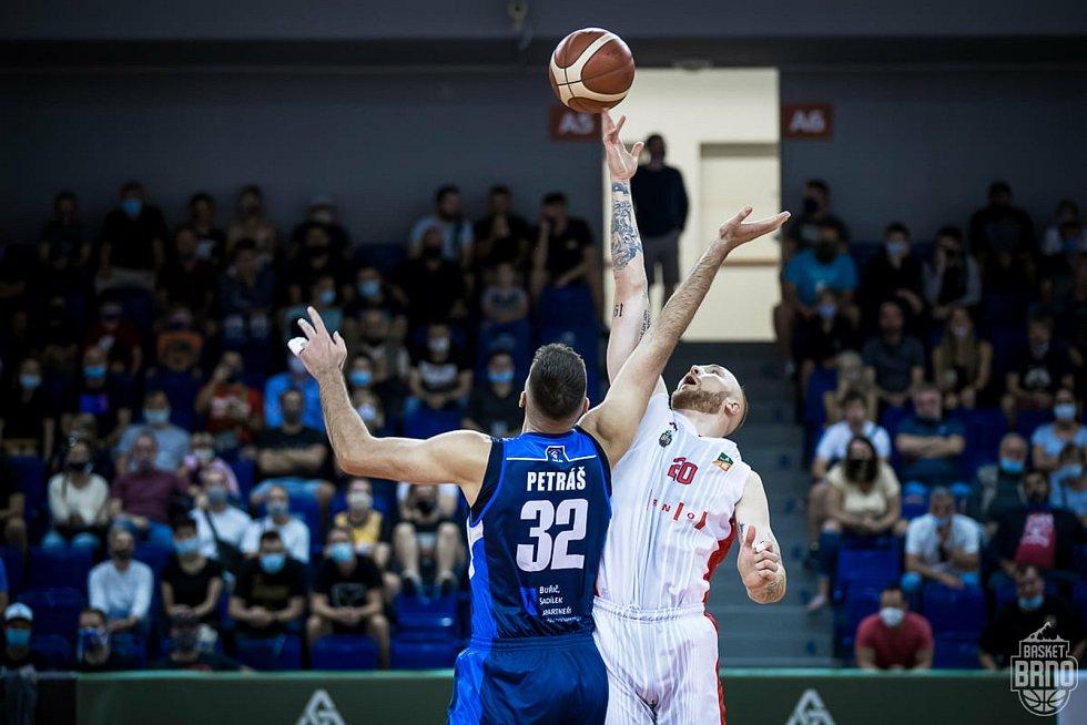 Brněnští basketbalisté (v bílém Šimon Puršl) se utkají ve dvojzápase o třetí místo s Kolínem.