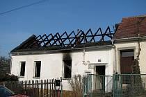 Noční požár zničil rodinný dům v Oslavanech-Padochově.