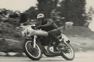 Na snímku vítěz první motocyklové Grand Prix Antonín Vitvar.