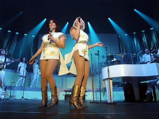 Skladby legendární skupiny Abba zahráli v brněnské hale Vodova členové švédské revivalové kapely Waterloo.
